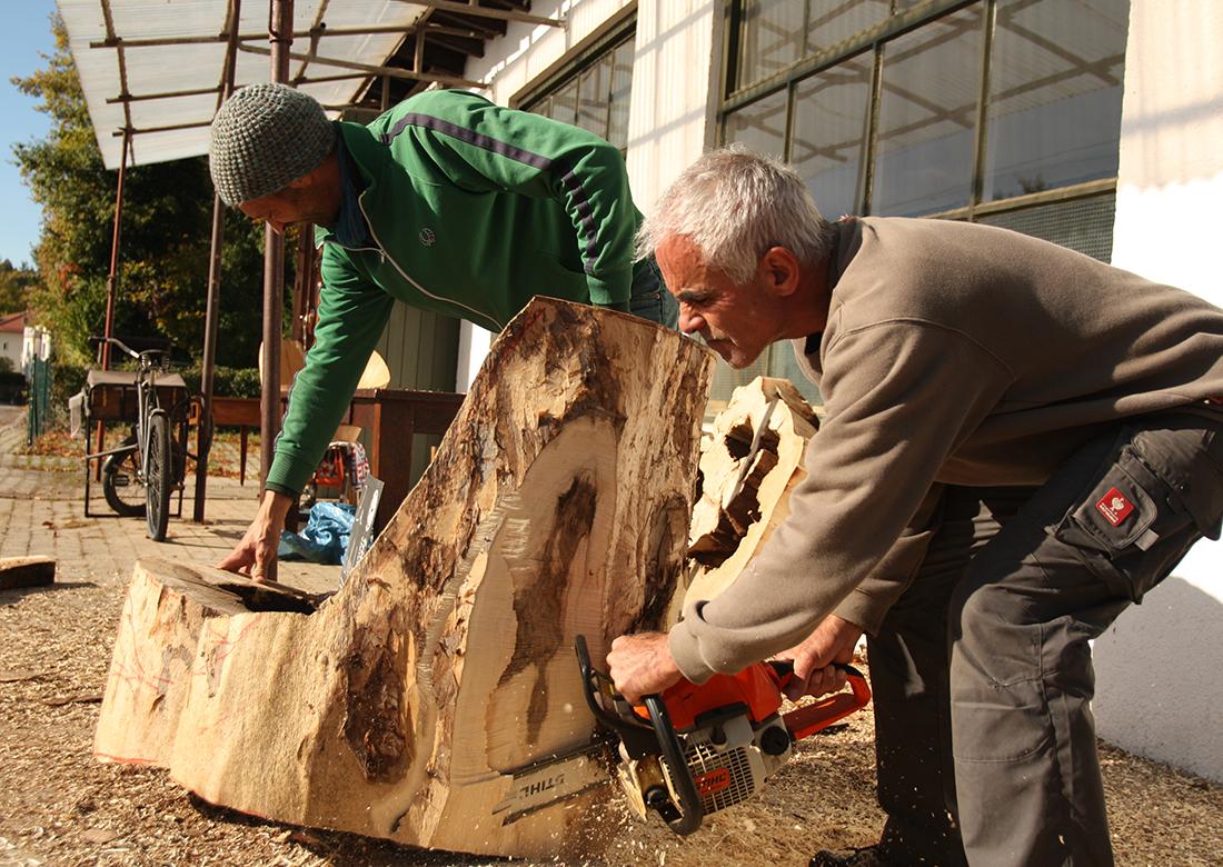 Mit der Kettensäge einen Stamm zum Stuhl machen | Workshop Kunststück Schreinerei München